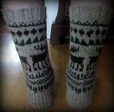 Lankapirtti: Taas hirvet törmäilevät Knitting Socks, Knit Socks, Leg Warmers, Fingerless Gloves, Mittens, Christmas Stockings, Tricot, Cool Socks, Patterns