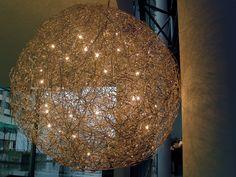 A rua lâmpada em formulário de esfera de metal fio com luzes.