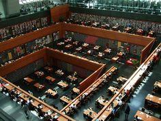 Biblioteca Nacional (China) - Esta enorme biblioteca tem espaço para 12 milhões de livros. A coleção de livros pode ser vista de todos os andares da biblioteca.
