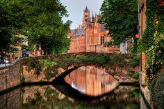 Eu já fui em 2!! Bruges, minha preferida!!! Amo!!!  Lugares que se parecem com pinturas