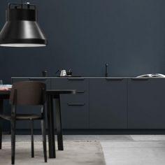 Seit 2014 verpasst das Kopenhagener Unternehmen Reform Ikea-Küchen ein frisches Äußeres. Der aktuelle Entwurf stammt von Designer Sigurd Larsen – und setzt verstärkt auf Aluminium.