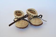 Botitas marron y beige hechas a mano para bebé de crochet.   https://www.etsy.com/es/listing/197926161/botines-hechos-a-mano-para-bebe-de?ref=listing-3