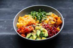 Buddha bowl       boulghour     poivron rouge et citrouille pour les légumes cuits     avocat     mangue      grenade     coriandre     noix de coco torréfiée