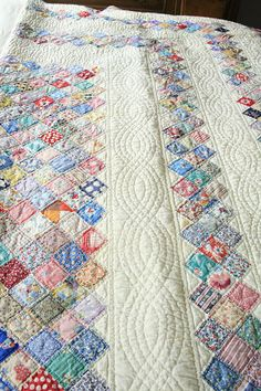 This particular patchwork quilts is unquestionably a powerful style approach. Quilt Baby, Rag Quilt, Patch Quilt, Scrappy Quilts, Colchas Quilting, Machine Quilting, Quilting Projects, Crazy Quilting, Hand Quilting Designs