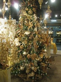 found another fun blogger to follow....love love love decorated trees