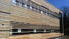 moderne Holzfassade für ein Laborgebäude in Straubing