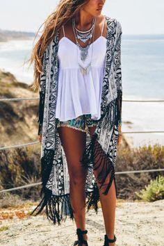 kimono con frange e shorts