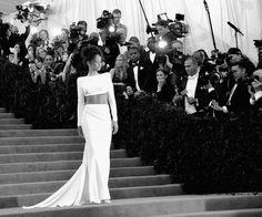Rihanna, vestida de Stella McCartney, desfilando miradas y flashes #6MomentosEnBlancoYNegro
