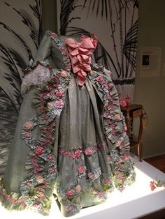 Paper Dress.....crumpled and pleated - Isabelle de Borchgrave