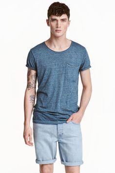 T-shirt z surowymi brzegami: T-shirt z miękkiego dżerseju z niewykończonymi brzegami.