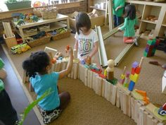 Collaborative building from 'Discovery Early Learning Center. I love that they used so many different materials for their building. I like the use movable parts around the room. Play Based Learning, Learning Centers, Early Learning, Kids Learning, Block Center, Block Area, Education English, Early Education, Kids Education