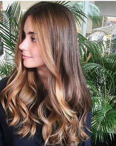 """Hair by @natancorreia. Para as castanhas que estão em dúvida sobre qual cor adotar, sem perder a """"morenisse"""", a dica do hair artisan @natancorreia é apostar nos tons de doce de leite, que iluminam e dão leveza o visual.Maravilhoso, não? #natancorreia #castanhoiluminado #bondangel #hair #love #hairstyle #instahair #hairstyles #haircolor #hairdye #hairdo #style #blond #hairofday #hairfashion #hairofinstagram #coolhair #wella #welovebeauty #cabelos #haircontour…"""