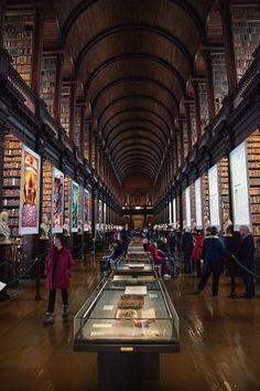Dublin | Die Long Room in die biblioteek by Trinity College