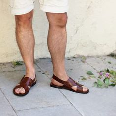 Sandales plates homme cuir marron fabriquées main   JULES & JENN Mode Masculine, Italian Sandals, Baskets, Espadrilles, Male Fashion Trends, Male Feet, Boyish, Birkenstock Mayari, Male Body