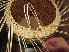 Images in Anna's post Paper Basket Weaving, Pine Needle Crafts, Making Baskets, Rolled Paper, Pine Needles, Weaving Patterns, Crochet Motif, Plant Hanger, Wicker