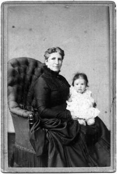 Woman in mourning with little child, photo by B. Bruining Arnhem, july 1885