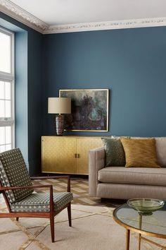 Un bleu vieilli pour habiller les murs du salon