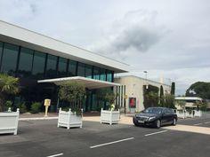 Vous arriviez à l'aéroport de Cannes Mandelieu en jet prive. ID Limousine Cannes vous garantis une large gamme de véhicules avec chauffeur parfaits pour vous détendre lors de votre transfert.