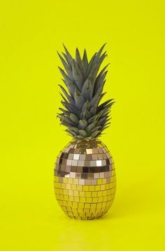 German art director Sarah Illenberger sees fruit differently and cleverly created this funky disco ball pineapple. Somehow the dirty yellow combined with the cargo greens and golds works a treat. I just can't get enough of pineapples at the moment too! Sarah Illenberger, Top Photos, Poesia Visual, Strange Fruit, Plakat Design, Tutti Frutti, Disco Ball, Disco Party, Disco Disco