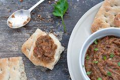 questa cremina si chiama #Baingan #bharta e arriva dal Punjab, una regione a Nord dell'India. a base di #melanzane, è arricchita con pomodoro e cipolla a cubetti, aglio, peperoncino, curcuma, paprika, cumino, zenzero fresco, garam masala...e foglioline di coriandolo fresco! #india #recipe