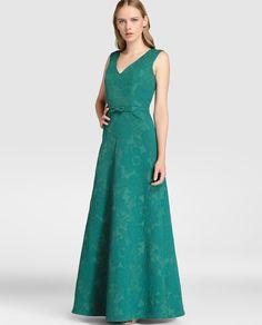 Vestido largo, realizado en jacquard verde. Sin mangas, escote de pico delantero y en la espalda y detalle de lazo en la cintura.
