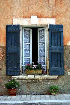 Beautiful window in Bonnieux, France - inspiring picture on Joyzz.com