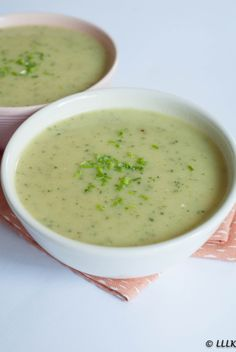 Christmas appetizer: Zucchini soup with herb cheese - Christmas appetizer: Zucchini soup with herb cheese - Chowder Recipes, Soup Recipes, Chicken Recipes, Healthy Recipes, Dinner Recipes, Punch Recipes, Easy Diner, Zucchini Soup, Good Food