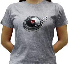 Camiseta com a imagem inusitada de um toca-disco cujo prato é um auto-falante