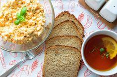Pomysł na weekendowe śniadanie, kiedy mamy trochę więcej czasu. Alternatywa dla jajek z majonezem. Pasta jajeczna z cebulką i ogórkiem konserwowym, podana na chlebie żytnim.