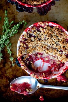 Red currant and strawberry oat thyme crisp is a vegan and gluten free crisp - the perfect summer dessert. Red Currant Recipe, Currant Recipes, Gluten Free Crisps, Red Currants, Great Recipes, Favorite Recipes, Raw Vegan Desserts, Cobbler, Food Processor Recipes