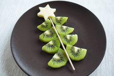 Sapin de Noël en kiwi et pomme - Une recette Régalez Bébé Faire manger des fruits crus à bébé, ce n'est pas toujours tâche facile ! ... Pas de soucis, voici une recette pour bébé rigolote, un sapin de Noël en kiwi et pomme qui lui donnera l'eau à la bouche !