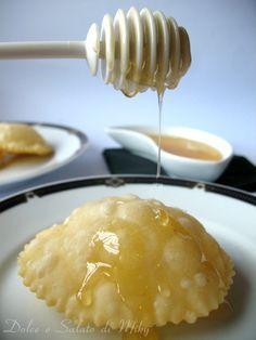 Seadas, ricetta tipica sarda, una preparazione un po' lunga, ma una volta pronte tanta soddisfazione, ottime se servite con il miele.