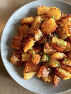 Emily's Roasted Potatoes by Ina Garten. A bowl of roasted potatoes. Roasted Potato Recipes, Vegetable Recipes, Recipe For Roasted Potatoes, Ina Garten Roasted Potatoes, Country Potatoes Recipe, Veggie Food, English Potatoes, French Potatoes, English Roast