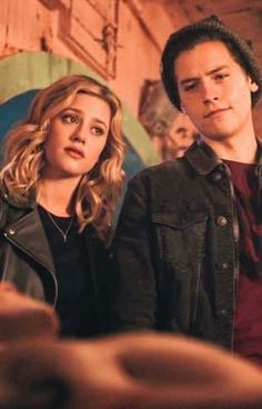 One day Betty gets home and sees two men wearing Serpent jackets. Her mom informs her that she will be force to marry Jughead for her safety. Will they fall in love or hate each other? Riverdale Netflix, Bughead Riverdale, Riverdale Funny, Riverdale Memes, Riverdale Fashion, Cole M Sprouse, Betty Cooper Riverdale, Films Netflix, Riverdale Betty And Jughead