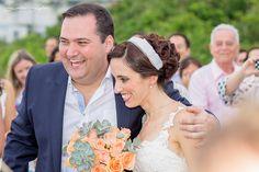 Lindo o casamento da Bia e do Jo, na beira da praia, em Bertioga, litoral de São Paulo. Laura Lopes Fotografia