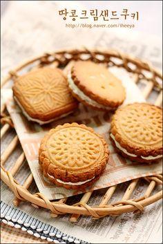 고소한 땅콩버터크림이 한가득~100%홈메이드 땅콩샌드쿠키~♬ 땅콩크림샌드쿠키 ::쿠키 10~12개 분량:: 버... Biscuit Cookies, Sandwich Cookies, No Bake Desserts, Dessert Recipes, Homemade Peanut Butter, Food Packaging Design, Cafe Food, Aesthetic Food, Confectionery