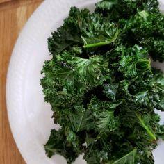 Baked Kale Chips Kale Chip Recipes, Ww Recipes, Vegetarian Recipes, Snack Recipes, Cooking Recipes, Healthy Recipes, Nutritious Snacks, Healthy Snacks, Bon Appetit