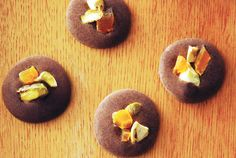 Elegant chocolate buttons, displayed on plates or trays, are ideal as part of a holiday dessert buffet. Serve right out of the fridge to avoid melting. Holiday Desserts, No Bake Desserts, Just Desserts, Dessert Recipes, Easy Chocolate Desserts, Chocolate Recipes, Button Recipe, Chocolate Buttons, Dessert Buffet