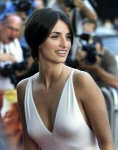 Spanish actress Penelope Cruz is undeniably one of the most beautiful women in the world. Gracing us with her beauty and talent in movies such as Vicky Christina Barcelona and Woman On Top, she was… Beautiful Celebrities, Beautiful Actresses, Beautiful Women, Penelope Cruz Makeup, Vicky Christina Barcelona, Penelope Cruze, Spanish Actress, John David, Actrices Hollywood