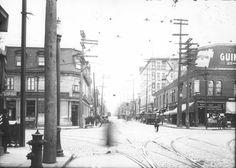 En direction Ouest, à l'angle de la rue Saint-Denis. On y aperçoit la succursale Mont-Royal de la Banque Canadienne Nationale, un bureau de dentiste, un commerce United Cigar Stores, le Parisian Billard Parlor, l'édifice Carter Inx et un panneau-réclame des cigarettes Guinea Gold.