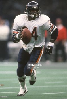 Walter Payton of the Chicago Bears carries the ball against New England Patriots during Super Bowl XX January 1986 at the Louisiana Superdome in New Orleans, Louisiana. The Bears won the Super Bowl Nfl Football Players, Bears Football, Sports Memes, Nfl Sports, Best Running Backs, Walter Payton, Football Conference, Sports Figures, Nfl Cheerleaders