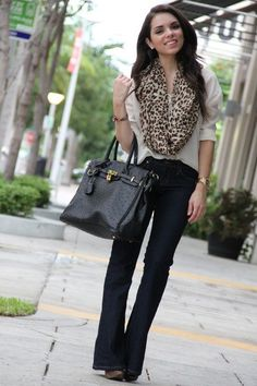 Calça Jeans escura, camisa branca, lenço de onça e bolsa preta estilo pasta.
