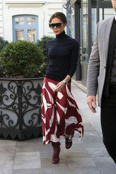🖤 ​​Long skirt: How to choose the ideal long skirt and how to wear it. Tips and ideas of looks to wear this timeless of the wardrobe, on stylee.fr Here Victoria Beckham - Another long skirt worn by Vi Mode Victoria Beckham, Victoria Beckham Outfits, Victoria Beckham Fashion, Victoria Beckham Clothing, Fashion Mode, Work Fashion, Ladies Fashion, Fashion Black, Trendy Fashion