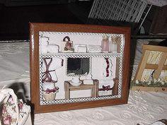 Fotos tiradas na abertura da loja para o Natal de 2004 As peças utilizadas para a montagem deste quadro, miniaturas em madeira, atoalhados, roupão, saco com rosa, suporte para papel higienico e rolinhos de papel higienico foram feitas manualmente por mim