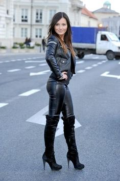 Leather leggings and thigh boots make a super sexy street look this fall! Leggings are the new black! Find the most fashionable street style legging outfits that you can easily copy and wear this fall. Outfits Leggins, Sexy Outfits, Cute Outfits, Casual Outfits, Botas Sexy, Fashion Moda, Look Fashion, Womens Fashion, Fashion Beauty