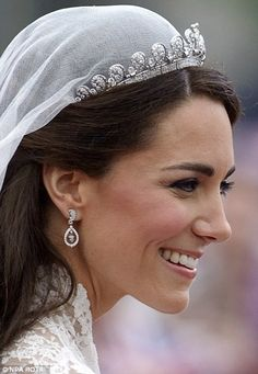Here's the tiara Meghan Markle wore to the royal wedding—and how it compares to her sister-in-law Kate Middleton and her late mother-in-law Princess Diana. Princesa Kate Middleton, Princess Kate, Princess Margaret, Princess Katherine, Duchess Kate, Duchess Of Cambridge, Principe William Y Kate, Kate Middleton Wedding Dress, Estilo Kate Middleton
