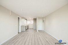 En el salón se utilizaron tonos neutros y se instaló un pavimento de #parquet laminado. #livingroom