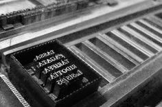 IT: Composizione a mano di caratteri mobili fusi in piombo in tipografia artigianale. EN: Composition hand movable type cast in lead in typography craftsmanship.
