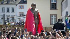 Marx-Statue in Trier am 5. Mai 2018 enthüllt Pünktlich zum 200. Geburtstag des Philosophen, Ökonomen und Journalisten Karl Marx fiel das rote Tuch, das die Marx-Statue bedeckte. Das umstrittene Geschenk der chinesischen Regierung steht nun im Zentrum von Trier.