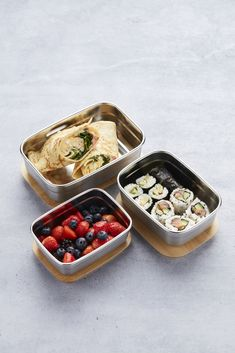 Op zoek naar een praktische lunchboxdie gemakkelijk mee kan nemen? De Point-Virgule lunchbox is geschikt voor een snack mee te nemen of om eten te bewaren in de koelkast. De doos is gemaakt van roestvrijstaal en de deksel van bamboe. De lunchbox heeft een stijlvol en tijdloos design. De lunchbox is niet vaatwasserbestendig, maar je kunt hem schoon maken met een sopje. Le Point, Lunch Box, Container, Food, Essen, Bento Box, Meals, Yemek, Eten